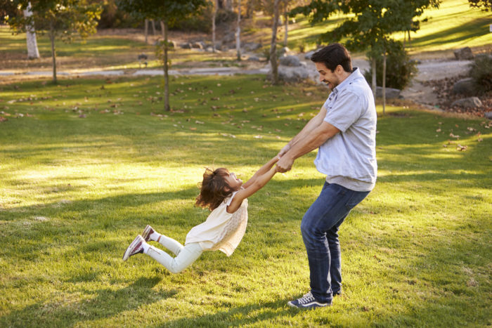 тянуть ребенка за руку